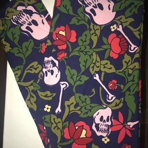 Lularoe TC Pink Skull Print Leggings